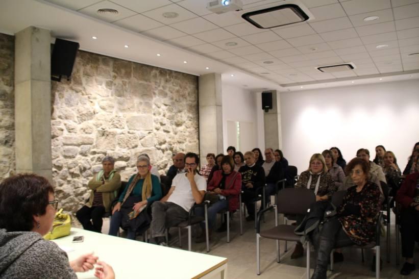 Público en la conferencia «El consultorio de Elena Francis en la Litera» en Albelda (foto Ira Sales / La Litera información)