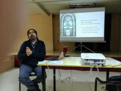 Joan Yeguas hablando sobre «Las artes plásticas de la época del barroco (ss. XVII-XVIII) en la comarca de la Litera» (foto Joan Rovira)