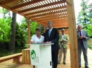 Le 24 juin 2014, le contrat de territoire corridor biologique Grand Pilat était  officiellement signé, par Jean-Jack Queyranne, Président de la Région Rhône-Alpes, et Michèle Perez, Présidente du Parc naturel régional du Pilat.  © PNR du Pilat