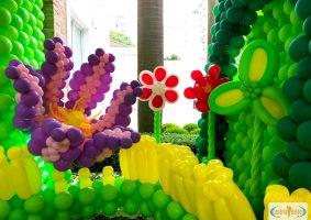 Jardim com flor gigante divertidamente
