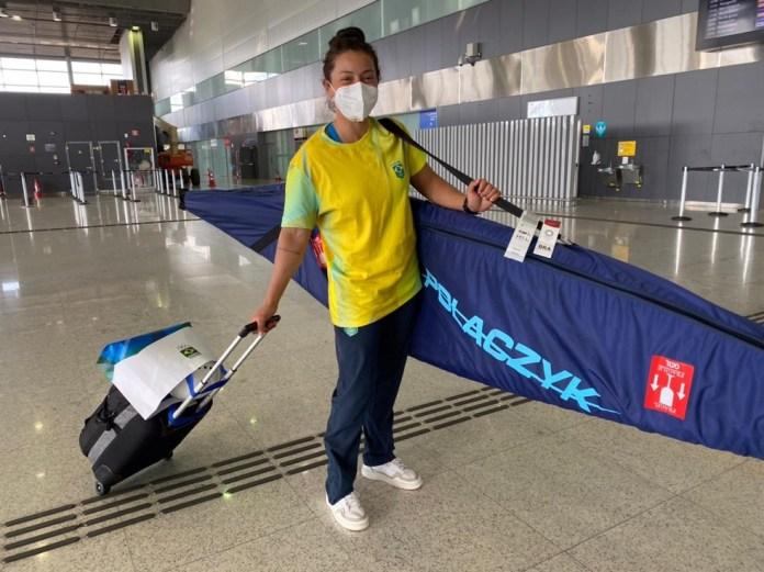 Ana Sátila no embarque para o Japão — Foto: Divulgação/COB