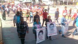 Marcha caravana de padres de normalistas 02 agosto 2015(2) copy