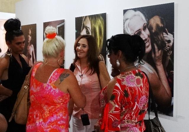 Mariela Castro junto a algunas muchachas trans en la exposición Fátima XXXXXY