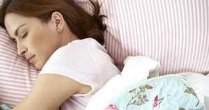 ¿Qué tan malo es dormirse sin cepillarse los dientes?