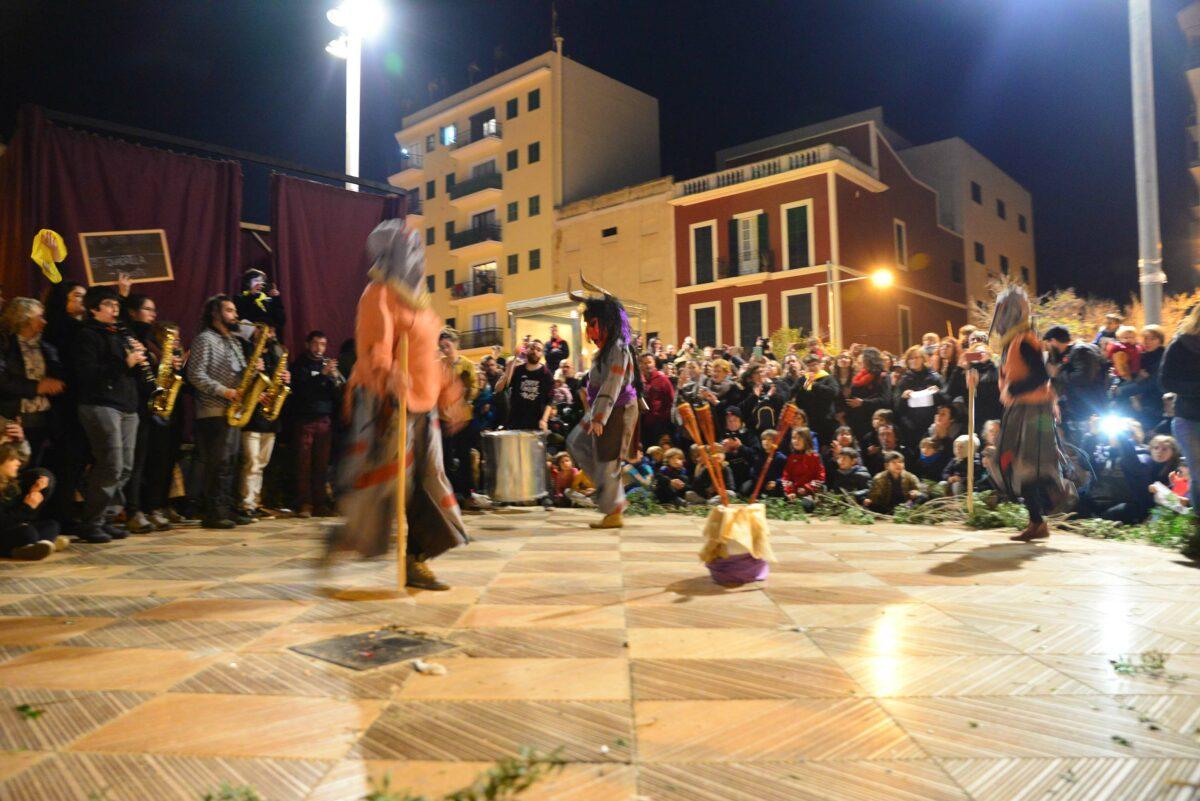 Fogueró Vivent I Dimònies: La Plaça De Sant Jaume Acull El Sant Antoni Més Reivindicatiu