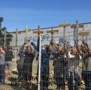 Les salariés ont suspendu 242 croix en bois aux grilles de l'usine principale de Mecafi Nexteam, rue Denis-Papin.