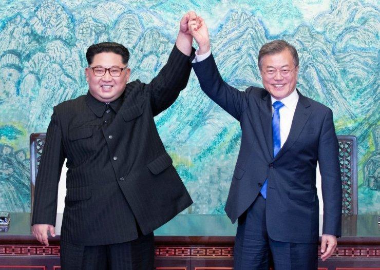 North Korean leader Kim Jong Un and South Korean President Moon Jae for Centrionews