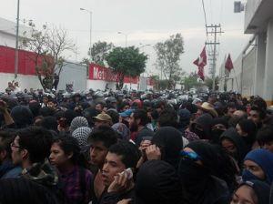 14:55 Gran número de manifestantes encapsulados en la zona del aeropuerto - Foto Edgar Sánchez Punk