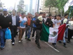 Adán Cortés, el estudiante que irrumpió el Nobel de la Paz, marchó con los familiares de los 43