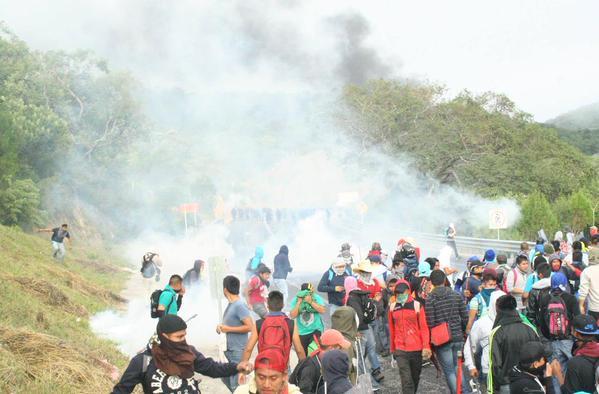 Gases lacrimogenos contra estudiantes y familiares de Ayotzinapa