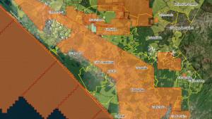 En naranja concesiones mineras, en verde claro tierras ejidales, en líneas amarillas límites municipales. Tomado de http://cartocritica.giscloud.com/