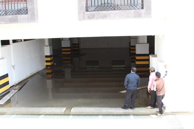 Comisión ciudadana intentando dialogar la salida de policías antimotines del sótano