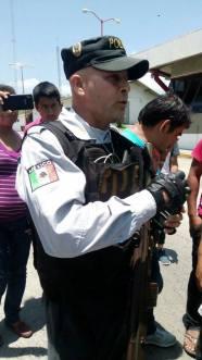 Policias amagan a familiares de Ayotzi 02