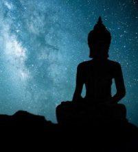 Buddha in meditazione, sotto gli Astri