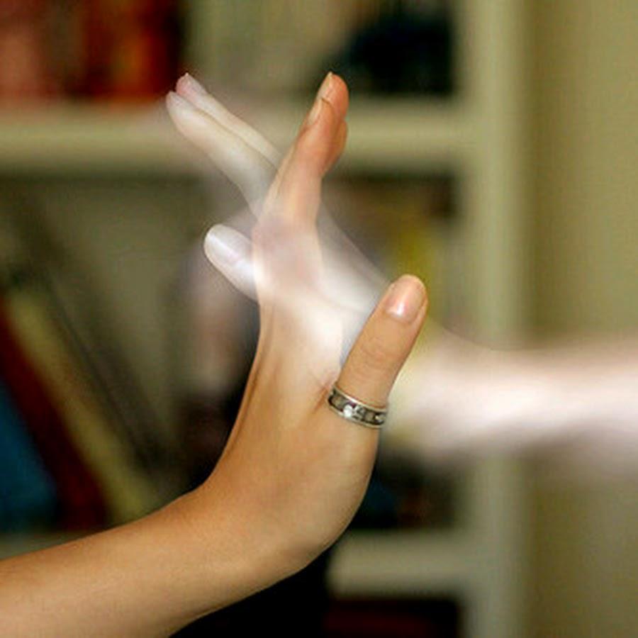 dos manos entrelazadas: una real y otra hecha de luz