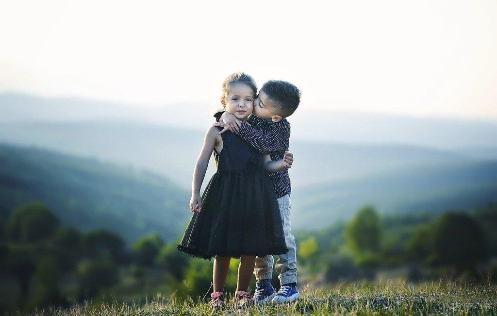 """"""" niños abrazándose fraternalmente"""