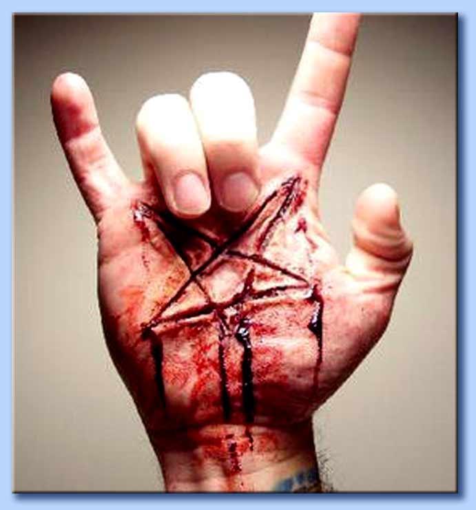 mano cornuta con pentacolo satanico