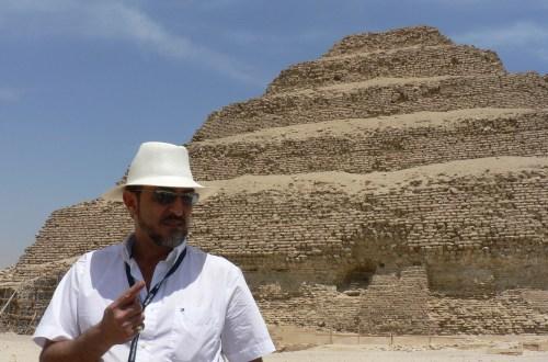 El egiptólogo Javier Vilar frente a la pirámide escalonada de Zoser, en el desierto de Al Giza en Egipto