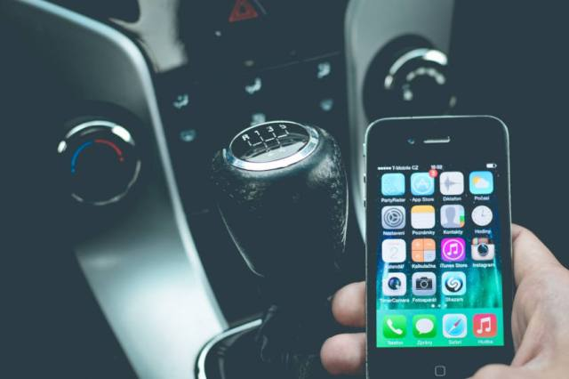 giovabni guida auto distrazioni sicurezza