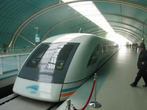 Il treno ultrarapido Maglev alla fermata della stazione Longyang Road di Shangai