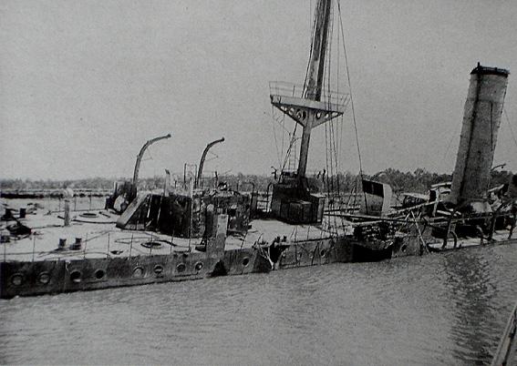 Il relitto del Königsberg nel fiume Rufiji. Fonte: Der Weltkrieg 1914-1918 in seiner rauhen Wirklichkeit. Das Frontkämpferwerk, Monaco, ca. 1925.