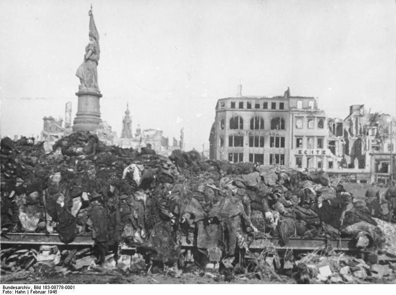 Dresda. Ammassi di cadaveri dopo i bombardamenti.