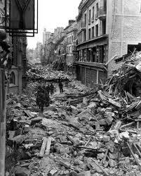 Bombardamenti terroristici americani su Caen.