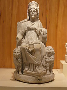Statuetta marmorea di Cibele, da Nicea in Bitinia. Museo Archeologico di Istanbul.