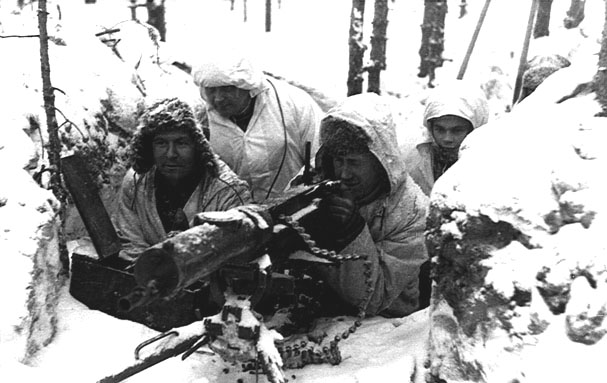 Militari finlandesi con una mitragliatrice durante la Guerra d'Inverno