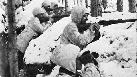 Soldati finlandesi in trincea durante la Guerra d'inverno.