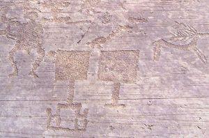 Figure di paletta, cervo e essere umano, roccia 1 nell'area di Naquane. Capo di Ponte, Valcamonica.