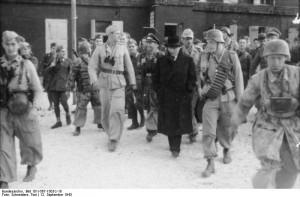 Gran Sasso, 12 settembre 1943. Liberazione di Mussolini. Alla destra del Duce Otto Skorzeny.