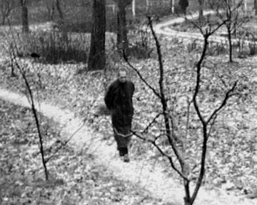 Rudolf Hess nel cortile della prigione di Spandau