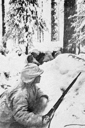 Soldati finlandesi in una trincea nei pressi del fiume Kollaanjoki.