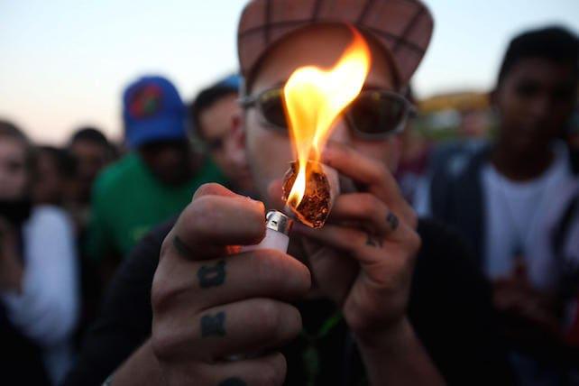 Spacciare droga difesi da mamma, papà e politici