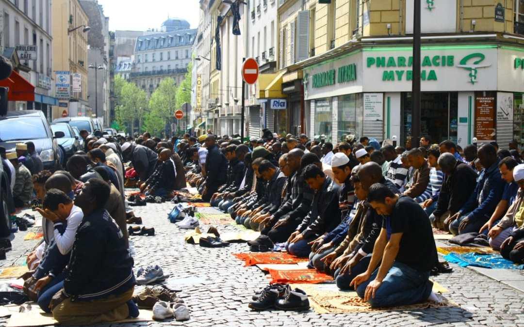 musulmani in preghiera per strada