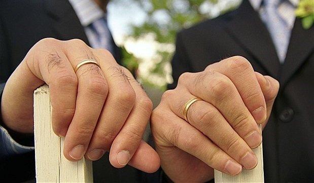 due uomini con fede matrimoniale