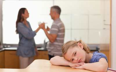 bambina contesa tra due genitori