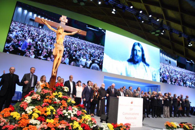 foto di insieme sul palco alla 42sima convocazione del rinnovamento nello spirito