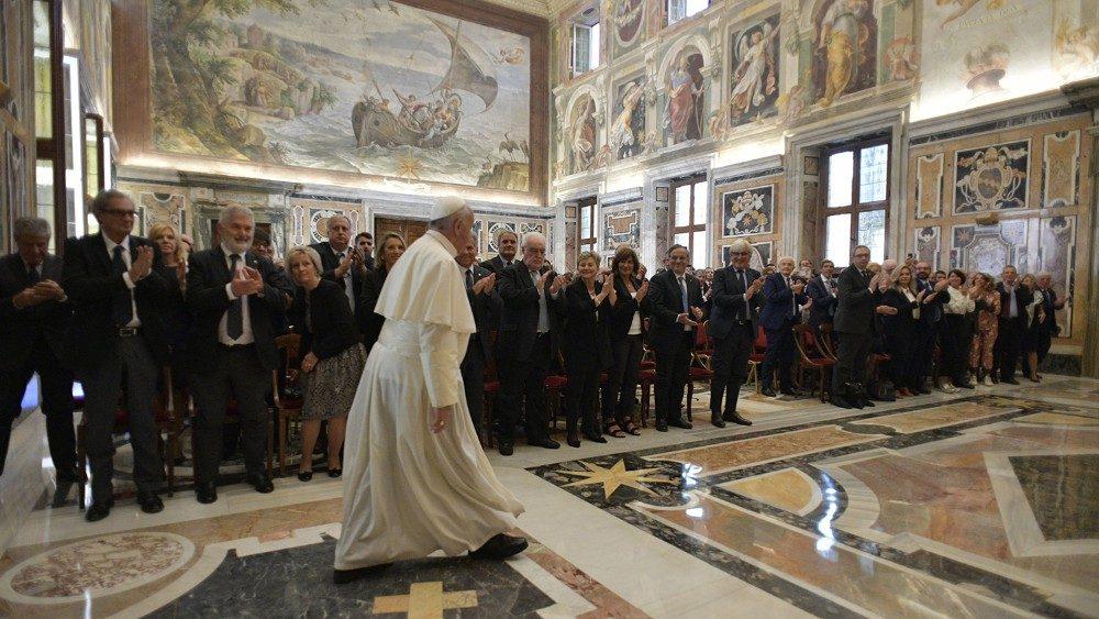 Papa Francesco ai medici: non esiste un diritto a disporre arbitrariamente della propria vita