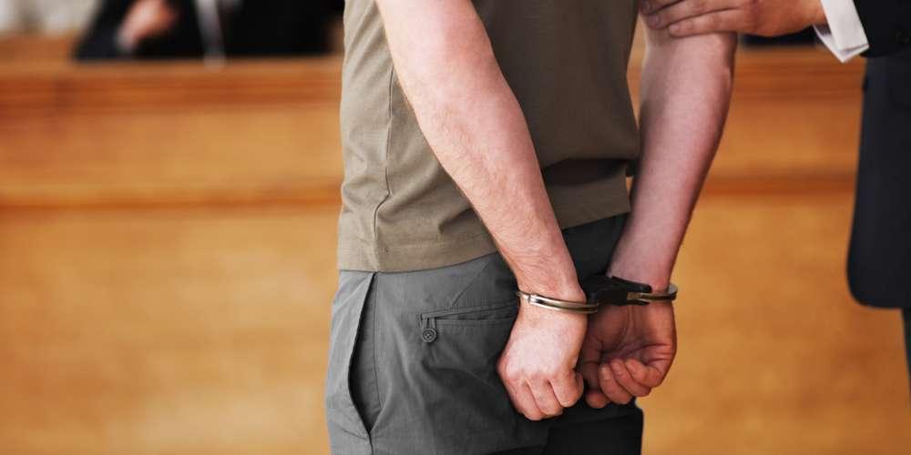 uomo in arresto per omofobia