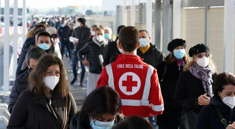 Persona in coda per accedere alla vaccinazione per il covid19