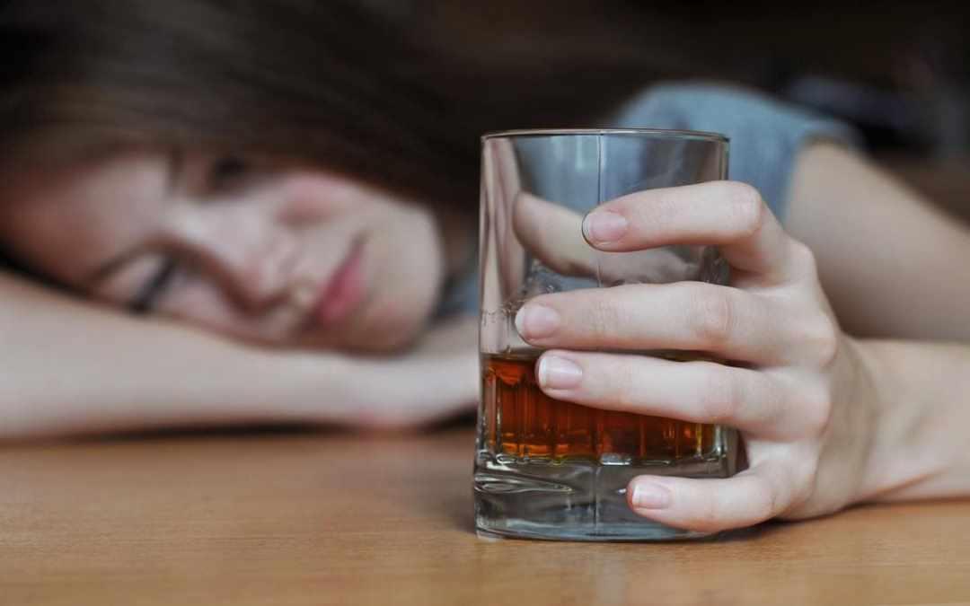 Ragazza con bicchiere di alcolico in mano