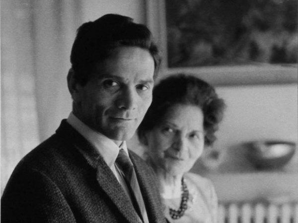 Pier Paolo Pasolini e la madre Susanna. Foto di Mario Dondero