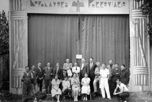 Casarsa, anni '30: Pasolini bambino (al centro sulla sedia) al teatro del Dopolavoro Ferroviario