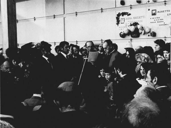 Turoldo legge l'omelia ai funerali di Pasolini a Casarsa (1975). Foto Claudio Ernè