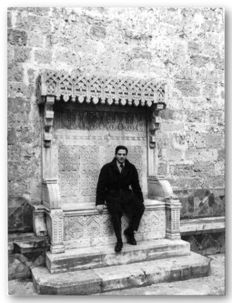 """Pasolini sul trono marmoreo di Erode (nel cortile del Castello di Gioia del Colle) in una foto dal set de """"Il Vangelo secondo Matteo"""""""
