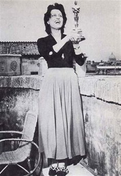 """Anna Magnani con la statuetta dell'Oscar (1956) per """"La rosa tatuata"""""""