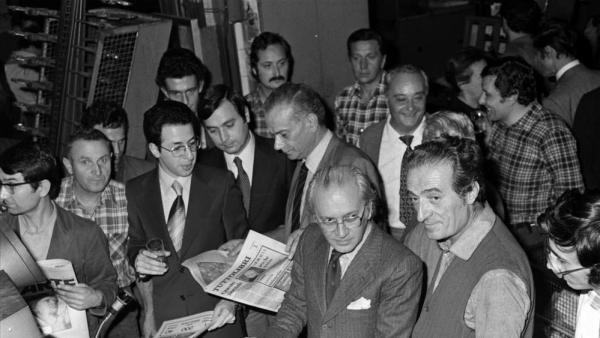 """Arrigo Levi  con i giornalisti e i tipografi del n. 1 di """"Tuttolibri-La Stampa"""" (novembre 1975)"""