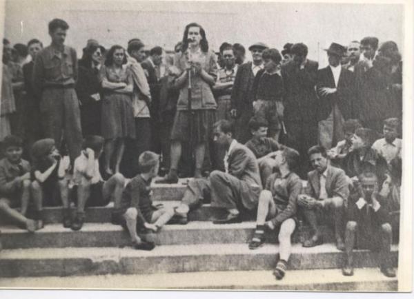 Teresina Degan al comizio di protesta per la strage di Portella delle Ginestre, 2 maggio 1947, Piazza XX Settembre a Pordenone.